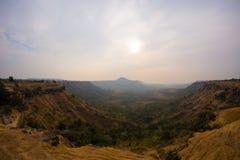 Φαράγγια κοιλάδων βουνών λόφων, misty τοπίο σε Madhya Pradesh, Ινδία στοκ φωτογραφία με δικαίωμα ελεύθερης χρήσης