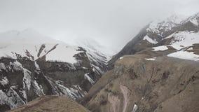 Φαράγγι και χιονοσκεπή βουνά στην υδρονέφωση φιλμ μικρού μήκους