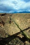 Φαράγγι του Rio Grande με μια μακριά σκιά της γέφυράς του στοκ εικόνες