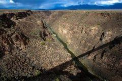 Φαράγγι του Rio Grande με μια μακριά σκιά της γέφυράς του στοκ εικόνα