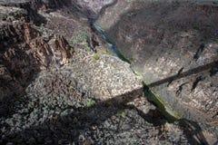 Φαράγγι του Rio Grande με μια μακριά σκιά της γέφυράς του στοκ φωτογραφία
