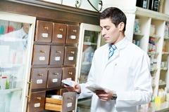 φαρμακείο ατόμων φαρμακείων χημικών Στοκ φωτογραφίες με δικαίωμα ελεύθερης χρήσης