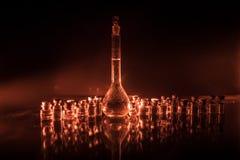 Φαρμακείο και θέμα χημείας Φιάλη γυαλιού δοκιμής με τη λύση στο ερευνητικό εργαστήριο Επιστήμη και ιατρικό υπόβαθρο εργαστήριο στοκ φωτογραφίες