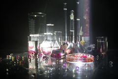 Φαρμακείο και θέμα χημείας Φιάλη γυαλιού δοκιμής με τη λύση στο ερευνητικό εργαστήριο Επιστήμη και ιατρικό υπόβαθρο εργαστήριο στοκ εικόνα με δικαίωμα ελεύθερης χρήσης