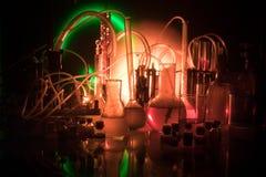 Φαρμακείο και θέμα χημείας Φιάλη γυαλιού δοκιμής με τη λύση στο ερευνητικό εργαστήριο Επιστήμη και ιατρικό υπόβαθρο εργαστήριο στοκ εικόνες