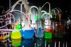 Φαρμακείο και θέμα χημείας Φιάλη γυαλιού δοκιμής με τη λύση στο ερευνητικό εργαστήριο Επιστήμη και ιατρικό υπόβαθρο εργαστήριο στοκ φωτογραφία με δικαίωμα ελεύθερης χρήσης