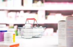 Φαρμακείο με το φάρμακο και τα ράφια στοκ εικόνες
