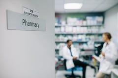 Φαρμακείο νοσοκομείων με το ιατρικό προσωπικό στοκ φωτογραφία με δικαίωμα ελεύθερης χρήσης