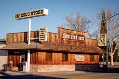 Φαρμακείο στο ιστορικό χωριό του απομονωμένου πεύκου - ΑΠΟΜΟΝΩΜΕΝΟ ασβέστιο ΠΕΥΚΩΝ, ΗΠΑ - 29 ΜΑΡΤΊΟΥ 2019 στοκ φωτογραφία