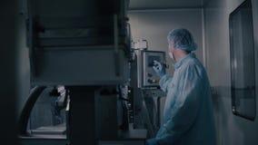 Φαρμακευτική κατασκευή ελέγχου μηχανικών Βιομηχανικός εργάτης που ενεργοποιεί το φαρμακευτικό εξοπλισμό Βιομηχανία φαρμακείων απόθεμα βίντεο