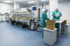 Φαρμακευτικοί βιομηχανικοί εργάτες στο αποστειρωμένο περιβάλλον στοκ εικόνες