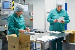 Φαρμακευτικοί βιομηχανικοί εργάτες στο αποστειρωμένο περιβάλλον στοκ φωτογραφία