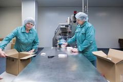 Φαρμακευτικοί βιομηχανικοί εργάτες στο αποστειρωμένο περιβάλλον στοκ φωτογραφίες με δικαίωμα ελεύθερης χρήσης