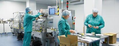Φαρμακευτικοί βιομηχανικοί εργάτες στο αποστειρωμένο περιβάλλον στοκ εικόνα με δικαίωμα ελεύθερης χρήσης