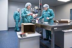 Φαρμακευτικοί βιομηχανικοί εργάτες στο αποστειρωμένο περιβάλλον στοκ εικόνες με δικαίωμα ελεύθερης χρήσης