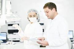 Φαρμακευτικοί εργαζόμενοι προσωπικού σε ομοιόμορφο στο εργαστήριο στοκ φωτογραφία με δικαίωμα ελεύθερης χρήσης
