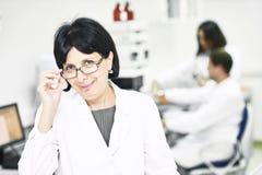 Φαρμακευτικοί εργαζόμενοι προσωπικού σε ομοιόμορφο στοκ εικόνες