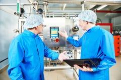 Φαρμακευτικός ατόμων εξοπλισμός κλιματισμού εργαζομένων λειτουργών στοκ φωτογραφίες με δικαίωμα ελεύθερης χρήσης