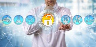 Φαρμακευτικός επιστήμονας που προστατεύει την ποιότητα φαρμάκων στοκ εικόνα με δικαίωμα ελεύθερης χρήσης
