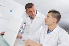 Φαρμακευτικός επιστημονικός αρσενικός σπουδαστής ερευνητών στοκ φωτογραφία με δικαίωμα ελεύθερης χρήσης