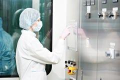 φαρμακευτικός εργαζόμενος εργοστασίων στοκ εικόνες με δικαίωμα ελεύθερης χρήσης