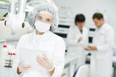 Φαρμακευτικός εργαζόμενος προσωπικού σε ομοιόμορφο στοκ εικόνες