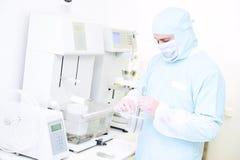 Φαρμακευτικός ερευνητής με friability και γδαρσίματος τον ελεγκτή στο εργαστήριο στοκ εικόνες