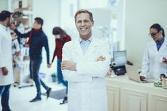 Φαρμακοποιοί και πελάτες στο φαρμακείο στοκ εικόνες με δικαίωμα ελεύθερης χρήσης
