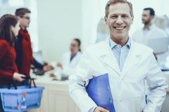 Φαρμακοποιοί και πελάτες στο φαρμακείο στοκ εικόνα με δικαίωμα ελεύθερης χρήσης