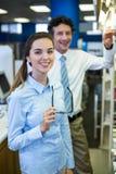 Φαρμακοποιοί που ελέγχουν τα φάρμακα στο ράφι στο φαρμακείο στοκ φωτογραφία με δικαίωμα ελεύθερης χρήσης