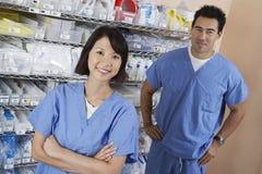 Φαρμακοποιοί στο δωμάτιο νοσοκομείων στοκ εικόνες