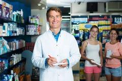 Φαρμακοποιός ατόμων στο φαρμακείο στοκ εικόνα