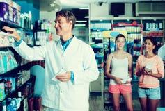Φαρμακοποιός ατόμων στο φαρμακείο στοκ εικόνες