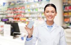 Φαρμακοποιός γυναικών με το φαρμακείο ή το φαρμακείο χαπιών στοκ εικόνες