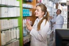 Φαρμακοποιός και αρσενική βοήθεια τεχνικών φαρμακείων στοκ φωτογραφία με δικαίωμα ελεύθερης χρήσης