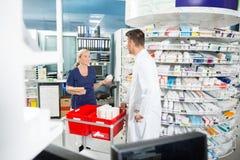 Φαρμακοποιός και βοηθητικό μετρώντας απόθεμα μέσα στοκ εικόνες με δικαίωμα ελεύθερης χρήσης