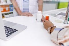 Φαρμακοποιός και πελάτης στο φαρμακείο στοκ εικόνες
