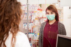 Φαρμακοποιός και πελάτης με τη μάσκα Στοκ Φωτογραφίες
