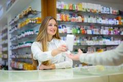 Φαρμακοποιός και πελάτης σε ένα φαρμακείο Στοκ φωτογραφίες με δικαίωμα ελεύθερης χρήσης