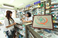 Φαρμακοποιός και πελάτης στοκ φωτογραφίες με δικαίωμα ελεύθερης χρήσης