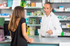 Φαρμακοποιός και πελάτης Στοκ φωτογραφία με δικαίωμα ελεύθερης χρήσης