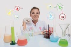 Φαρμακοποιός και χημικές ουσίες γυναικών στις φιάλες, που απομονώνονται στο λευκό στοκ φωτογραφία
