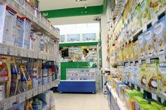 Φαρμακοποιός μέσα στο φαρμακείο   στοκ φωτογραφία με δικαίωμα ελεύθερης χρήσης