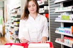 Φαρμακοποιός με το προϊόν φαρμάκων στοκ εικόνες