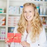 Φαρμακοποιός με το δώρο καρτών δελτίων επιδομάτων Στοκ φωτογραφία με δικαίωμα ελεύθερης χρήσης