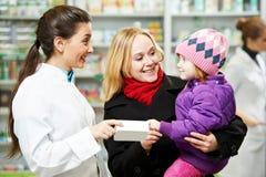 Φαρμακοποιός, μητέρα και παιδί φαρμακείων στο φαρμακείο στοκ φωτογραφία