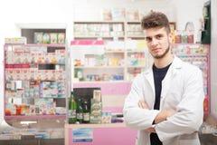 Φαρμακοποιός μπροστά από το γραφείο εργασίας στοκ φωτογραφίες