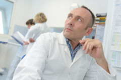 Φαρμακοποιός πορτρέτου στο παλτό εργαστηρίων στο φαρμακείο στοκ φωτογραφίες με δικαίωμα ελεύθερης χρήσης