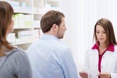 Φαρμακοποιός που βοηθά έναν πελάτη στοκ φωτογραφία με δικαίωμα ελεύθερης χρήσης