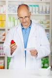 Φαρμακοποιός που εξετάζει σοβαρά τη συνταγή στοκ φωτογραφία με δικαίωμα ελεύθερης χρήσης